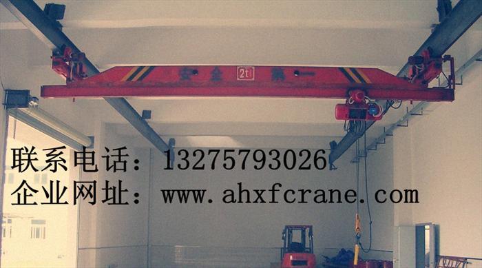 LD型电动单梁起重机    LD型电动单梁起重机在一根梁上,做来回方向的运行。额定起重量 1t10t, 最大起升高度 6m--30m,跨度 7.522.5m,运行速度 20m/min75m/min。操作模式:有线地操(IP65,寿命50万次)、无线遥控;结构形式:由起升机构、单主梁、端梁、电控系统等组成,高度矮,尺寸小,自重轻,轮压小;不宜在易燃、易爆的介质中或具有很大湿度与酸、碱类气体的场所工作。起重机具有轻巧的结构,最大程度上缩小了吊钩的运行极限距离,能够降低厂房投资费用,有效的提高了空间使用率。