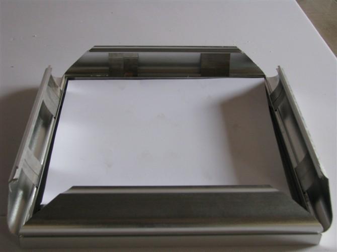 配件材料:纳米级导光板、国标超薄灯箱专用铝材、T4灯管、电子镇流器、电源线,亚克力面板 PP中空背板、国标五金配件等 型材颜色处理:闪银色、黑色、咖啡色、黄色、白色 结构方式:45拼角,单面四边开启式(小型材:铝材盖宽4cm,灯箱整体厚度2.8cm 大型材:铝材盖宽6cm, 灯箱整体厚度4.