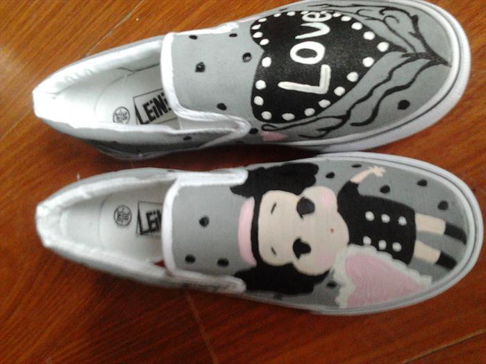 可爱丰富表情的帆布鞋子