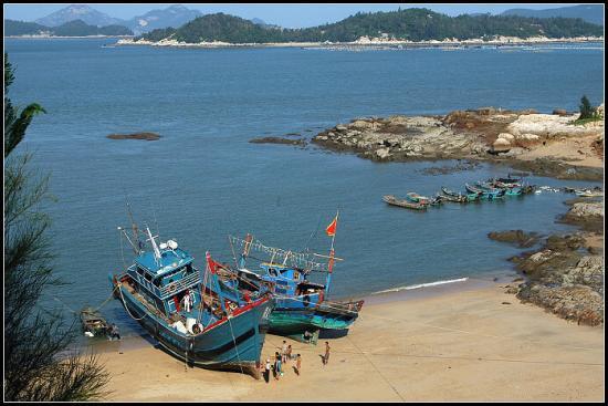 该渔港位于诏安县梅岭镇,拟建设防波堤380米、导流堤1000米、码头285米、设4个400HP泊位及3个150HP泊位等,建成后将形成陆域面积150公顷,水域面积141公顷的港区,大大提升防灾抗灾能力,增强渔业发展后劲,推动渔区新农村建设进程。 诏安发挥海洋资源优势,发展水产品加工、现代渔业和港口物流,加大渔港建设开发力度,提升了对外招商引资吸引力。十五和十一五期间,该县就建成了8个渔港,其中,一级渔港1个、二级渔港1个,三级渔港6个。十二五期间,该县还将全面建成1个中心、1个一级和11个三级
