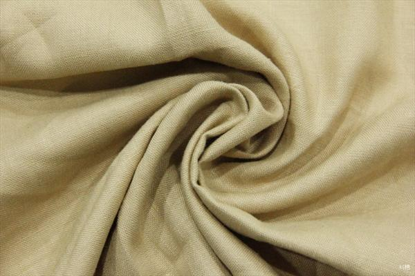 竹纤维亚麻面料 市场上出售的优质纯亚麻布价格较高,价格也能体现亚麻布的质量。廉价的亚麻布大都以麻絮织成,纤维较短。行行出状元小编,为你整理一些7大方法,让你更好的鉴别: (1)透光检看经纬线的粗细是否均匀。如果经纬线过于均匀,可能是棉类织物。 (2)拉紧布纹检看编织的密实度。 (3)优质原色亚麻布呈棕色,有光泽感,吸水均匀。麻质不好,被处理成柔顺纤维的亚麻布,吸水不均匀,弄湿后会变黑。 (4)外精纺亚麻布,表面毛绒越少越好。 (5)半亚麻布的纵横松紧度不同。 (6)扯一根线头,如果两端有弯曲和分*现象,