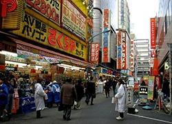 """日媒:中国游客""""爆买""""打乱日本行业格局"""