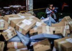 快递包装污染环境  年消耗胶带可绕地球400圈