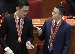 改革开放40周年大会上,马云马化腾的这张照片火了